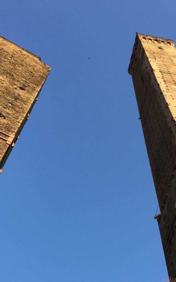 いまにも倒れそう!?「ボローニャの斜塔」の魅力を徹底解説 | イタリア観光ガイド