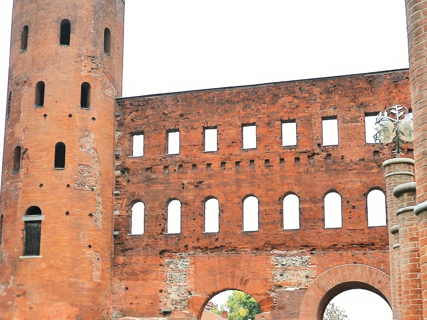 トリノにある古代ローマの息吹「パラティーナ門」をご案内します♪   イタリア観光ガイド