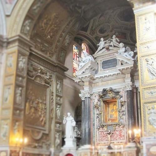 巨匠たちの美の競演!ローマ、サンタ・マリア・デル・ポポロ教会|イタリア観光ガイド