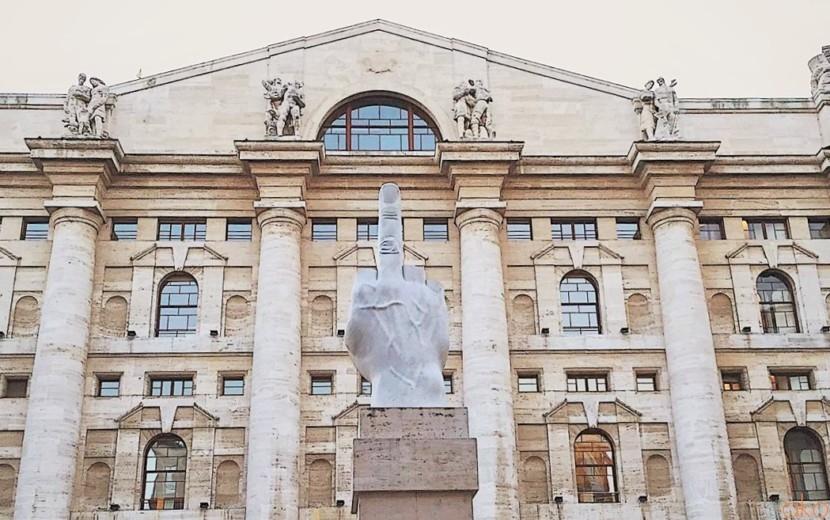 アリ?ナシ?手のモニュメントが話題のミラノ、アッファリ広場|イタリア観光ガイド