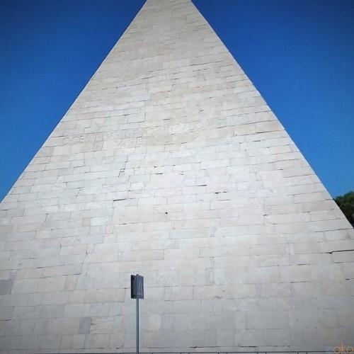 ローマにある珍百景!ガイウス・ケスティウスのピラミッド|イタリア観光ガイド