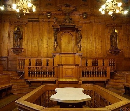 ボローニャの学びの聖地に行ってみよう!解剖学大階段教室|イタリア観光ガイド