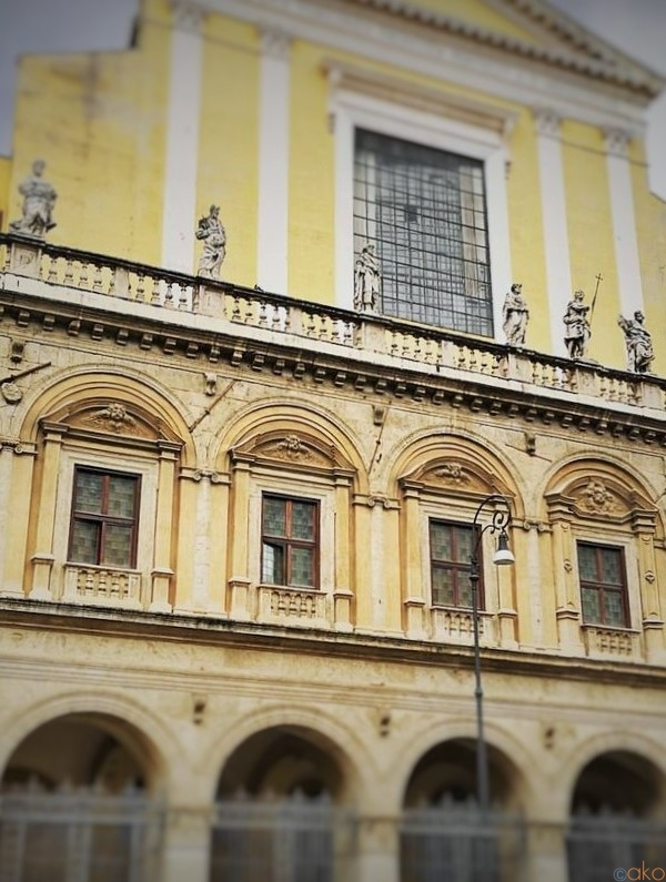 建築美にうっとり!ローマ、サンティ・アポストリ教会|イタリア観光ガイド