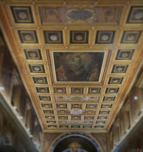 美しい広場を彩る。ローマ、サン・ロレンツォ・イン・ルチーナ教会|イタリア観光ガイド