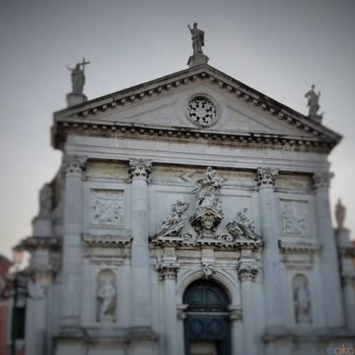 運河沿いの彫刻にうっとり!ヴェネツィア、サン・スタエ教会|イタリア観光ガイド