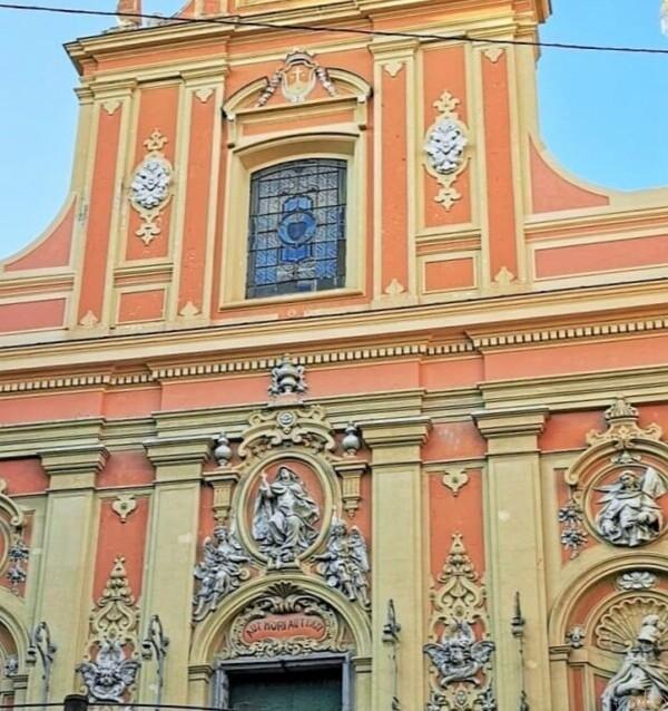 ハッピーオーラ全開!ナポリ、サンタ・テレーサ・ア・キアイア教会|イタリア観光ガイド
