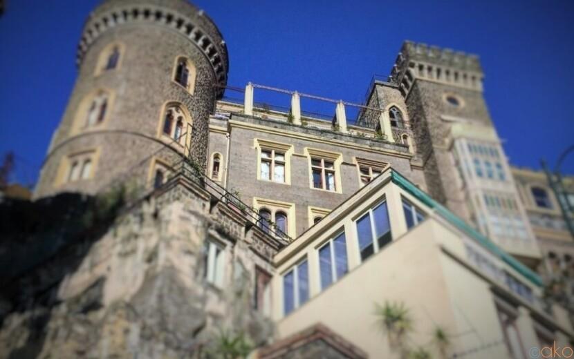 断崖絶壁に建つかっこいいお城。ナポリ、アセルマイヤー城|イタリア観光ガイド