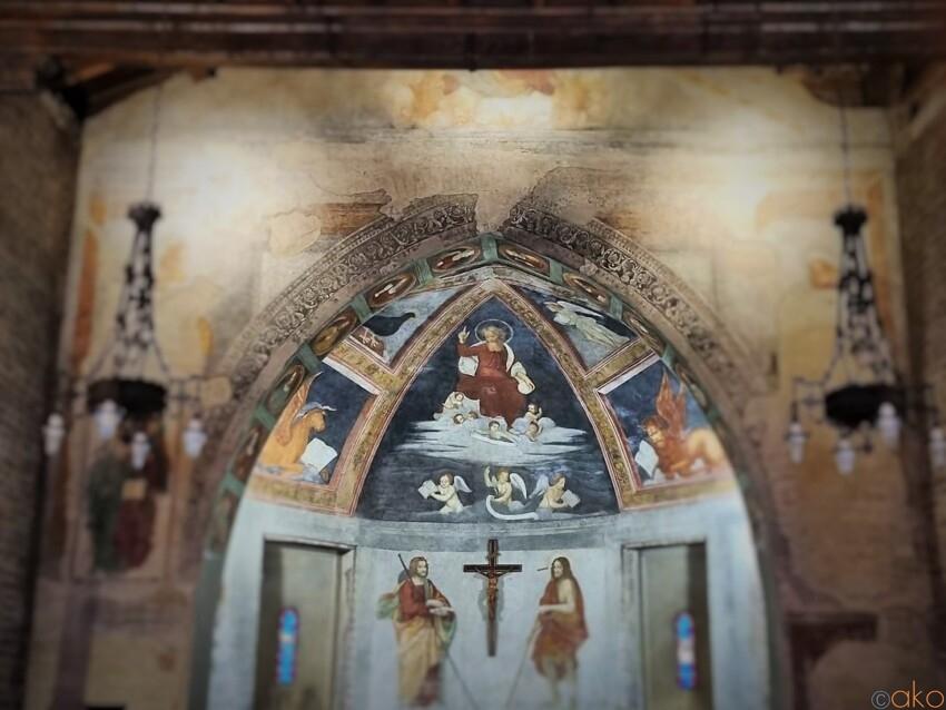 運河のほとりに建つ。ミラノ、聖クリストフォロ教会 イタリア観光ガイド