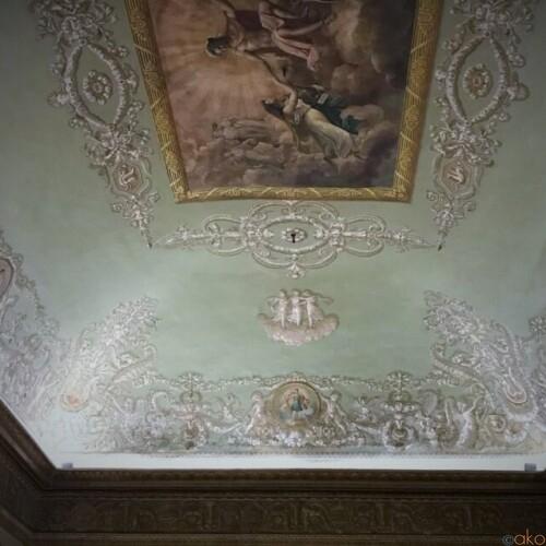 優雅さ極まる建物。ナポリ、パラッツォ・ゼヴァロス・スティリアーノ|イタリア観光ガイド