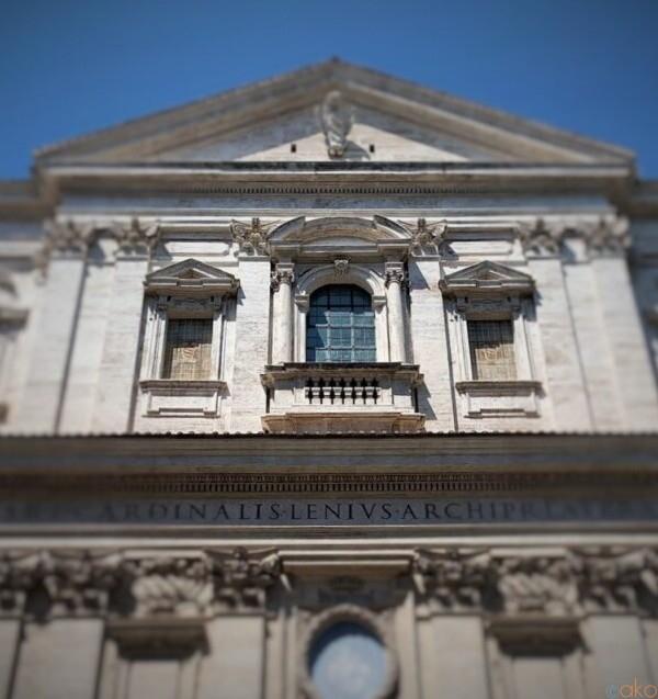 柔らかな光差し込む。ローマ、サン・カルロ・アイ・カティナーリ教会|イタリア観光ガイド