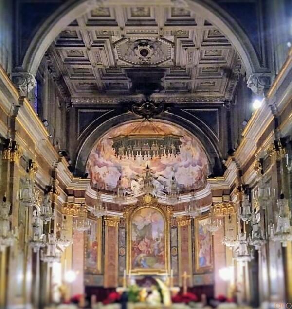 アーチをくぐって。ローマ、サンティ・ジョヴァンニ・エ・パオロ聖堂|イタリア観光ガイド
