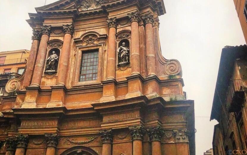 ローマ、サンティッシマ・トリニタ・デイ・ペッレグリーニ教会|イタリア観光ガイド