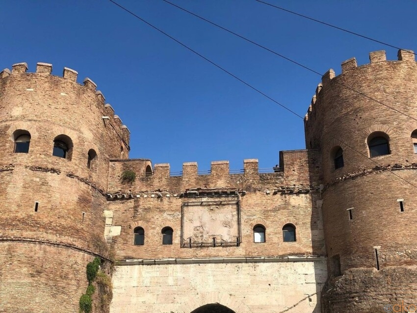 圧倒的な美を誇る、古代ローマ時代の城壁跡。サン・パオロ門 イタリア観光ガイド