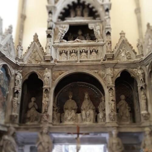 巨大彫刻に唖然。ナポリ、サン・ジョヴァンニ・ア・カルボナーラ教会|イタリア観光ガイド