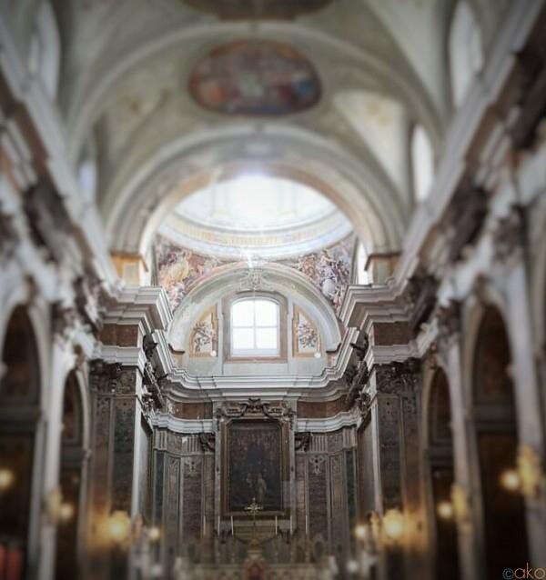 路地に咲く花園。ナポリ、サンティ・フィリッポ・エ・ジャコモ教会|イタリア観光ガイド