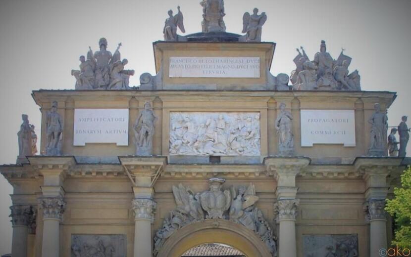 二つの門と噴水が織りなす癒しの場。フィレンツェ、リベルタ広場|イタリア観光ガイド
