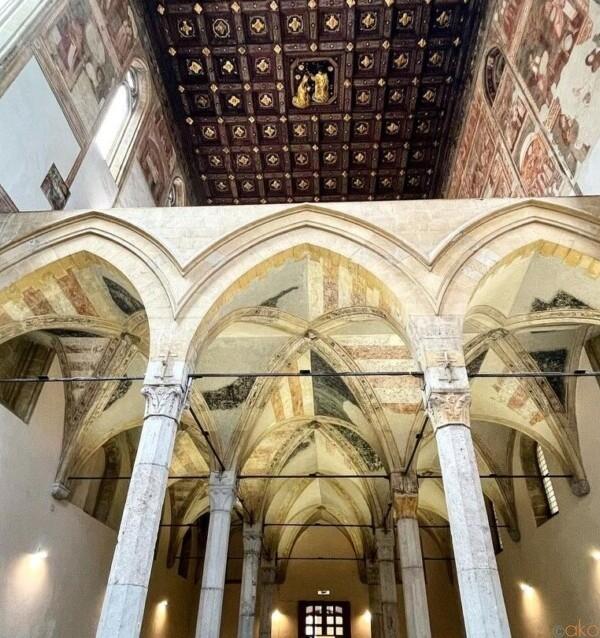 ナポリの隠れ教会。サンタ・マリア・ドンナレジーナ・ヴェッキア教会|イタリア観光ガイド