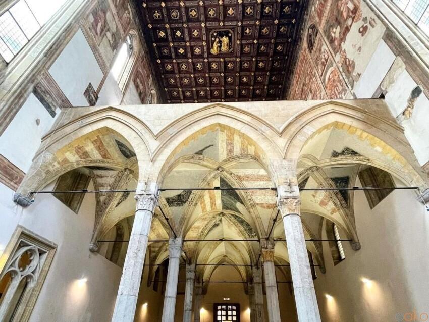 ナポリの隠れ教会。サンタ・マリア・ドンナレジーナ・ヴェッキア教会 イタリア観光ガイド