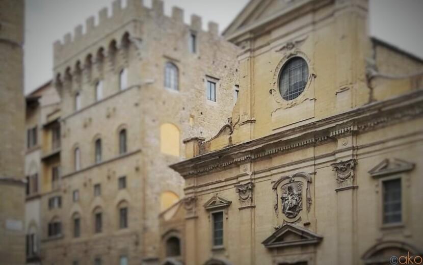 フィレンツェで最も格式高い教会のひとつ、サンタ・トリニータ教会|イタリア観光ガイド
