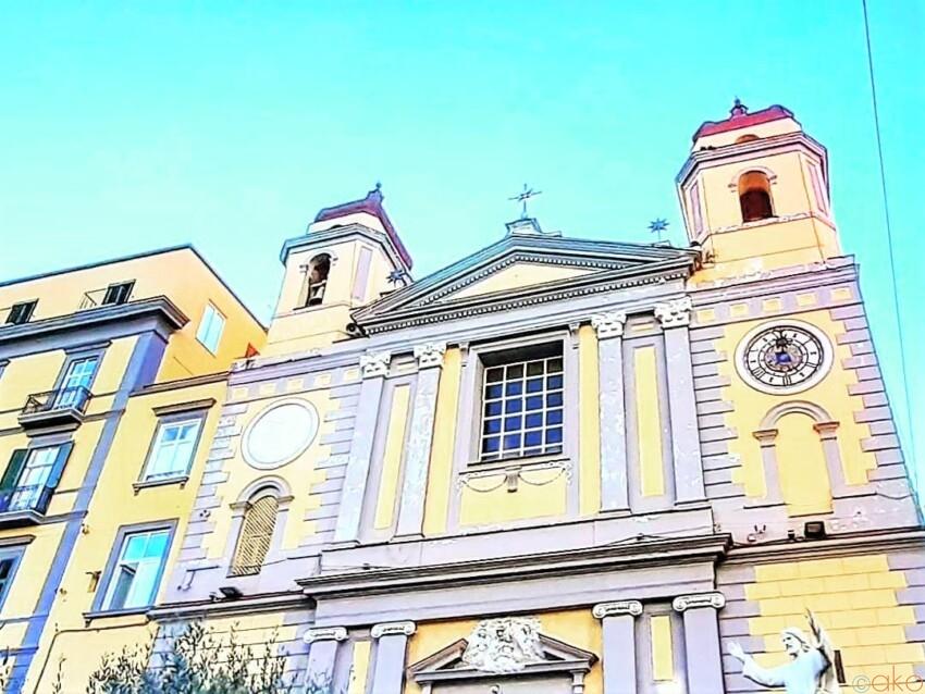 黄×白が美しい。ナポリ、サンタ・マリア・イン・モンテサント教会|イタリア観光ガイド
