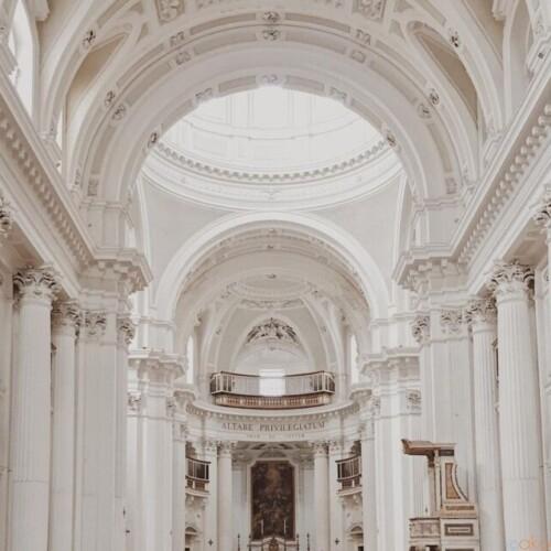 聖霊の宿る。ナポリ、スピリト・サント聖堂|イタリア観光ガイド