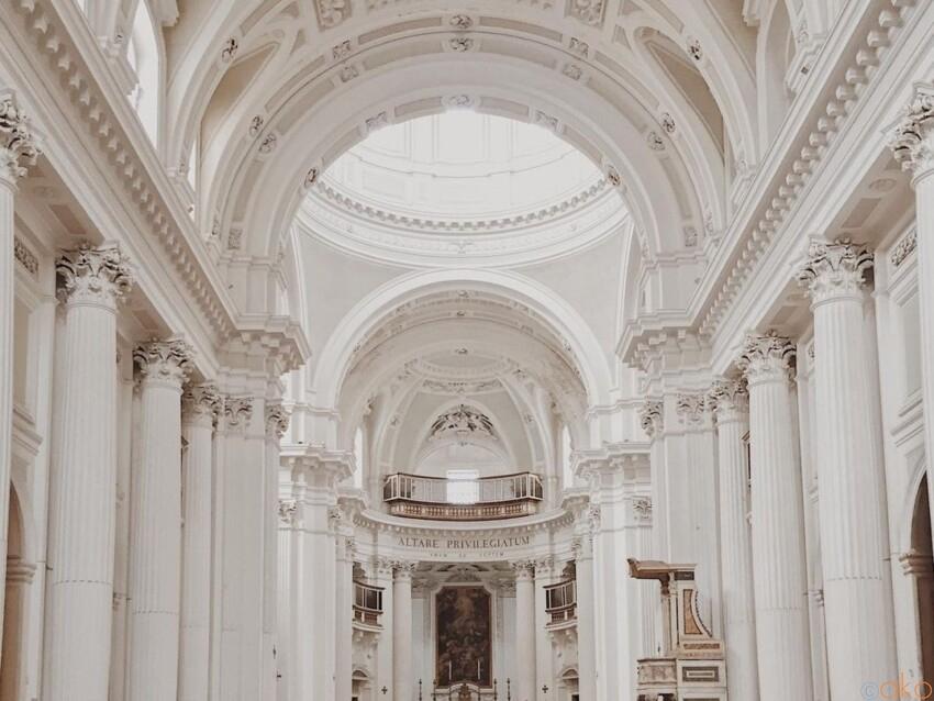 聖霊の宿る。ナポリ、スピリト・サント聖堂 イタリア観光ガイド
