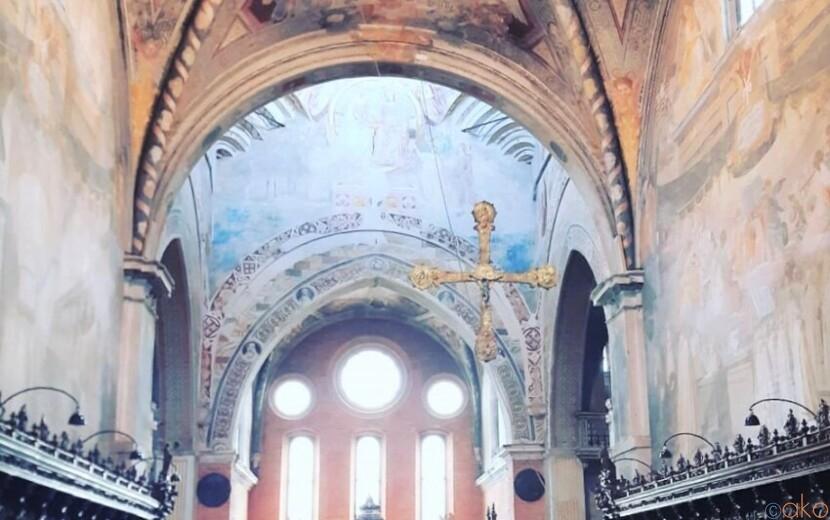 大草原に立つ美しい聖域。ミラノ、キアラヴァッレ修道院|イタリア観光ガイド