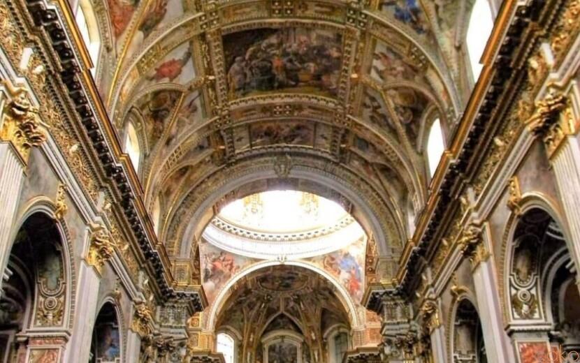 質素な外観の先には…。ナポリ、サンティ・アポストリ教会|イタリア観光ガイド