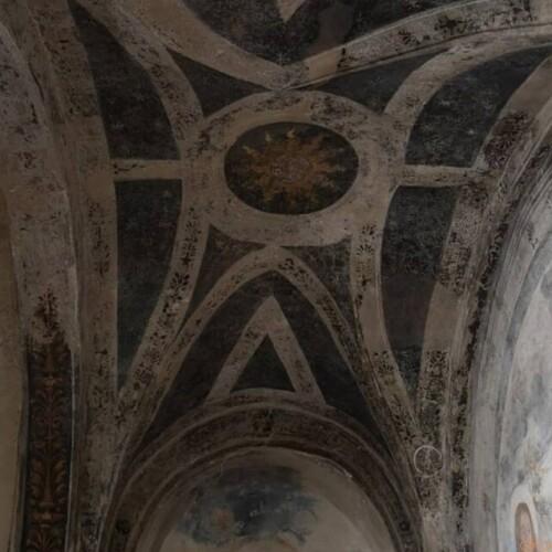ミラノ中心部の地下に広がる、サン・セポルクロ教会のクリプタ|イタリア観光ガイド