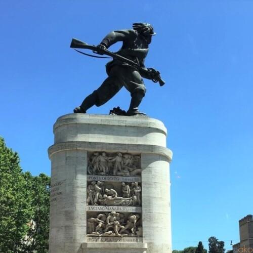 ポルタ・ピア広場のシンボル。ローマ、ベルサリエリのモニュメント|イタリア観光ガイド