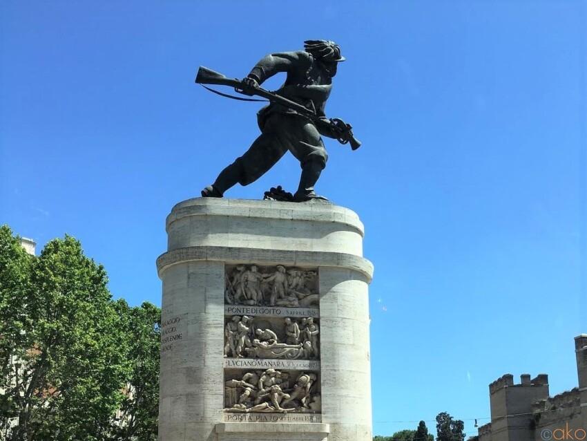 ポルタ・ピア広場のシンボル。ローマ、ベルサリエリのモニュメント イタリア観光ガイド