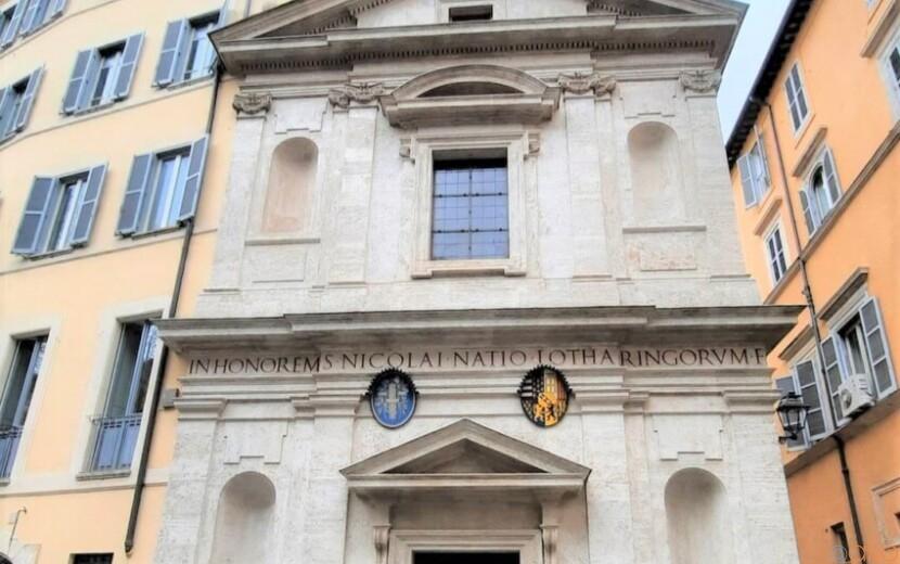 天井にご注目。ローマ、サン・二コラ・デイ・ロレネージ教会|イタリア観光ガイド