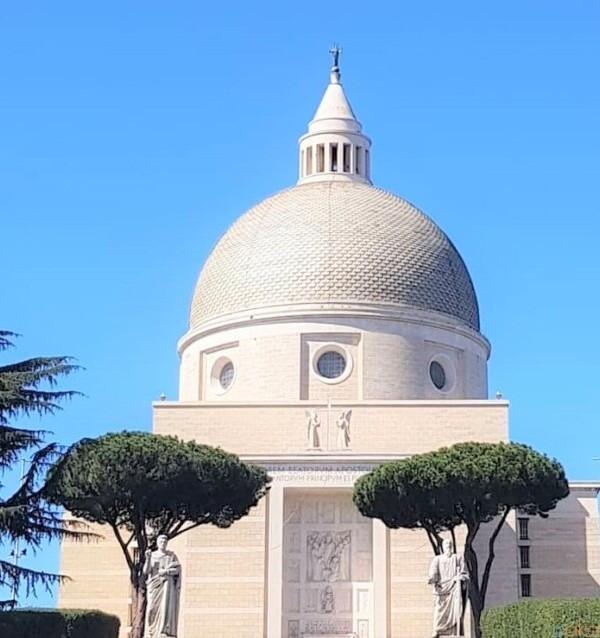ローマの近代建築に触れる、サンティ・ピエトロ・エ・パオロ教会 イタリア観光ガイド