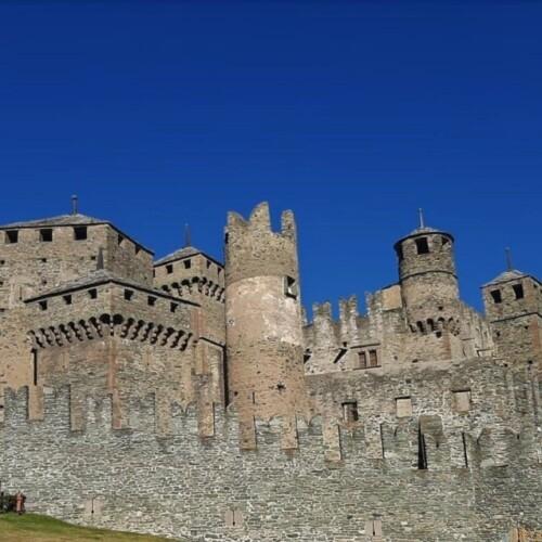 ヴァッレ・ダオスタ州の誇る中世のお城。フェニス城|イタリア観光ガイド