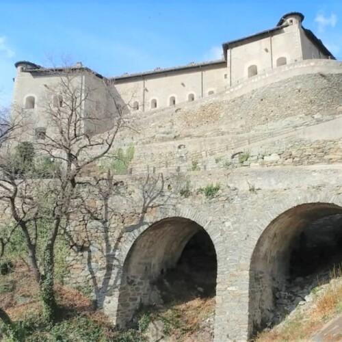 断崖絶壁に立つ中世の要塞。ヴァッレ・ダオスタ州、ヴェレス城|イタリア観光ガイド